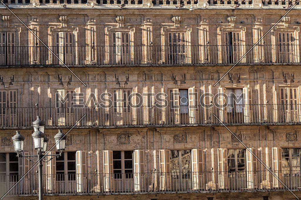 Salamanca, España: August 18, 2019: Detail balconies of the plaza mayor, built between 1729 to 1756, in baroque style, designed by architect Alberto Churriguera, taken in Salamanca, August 18, 2019