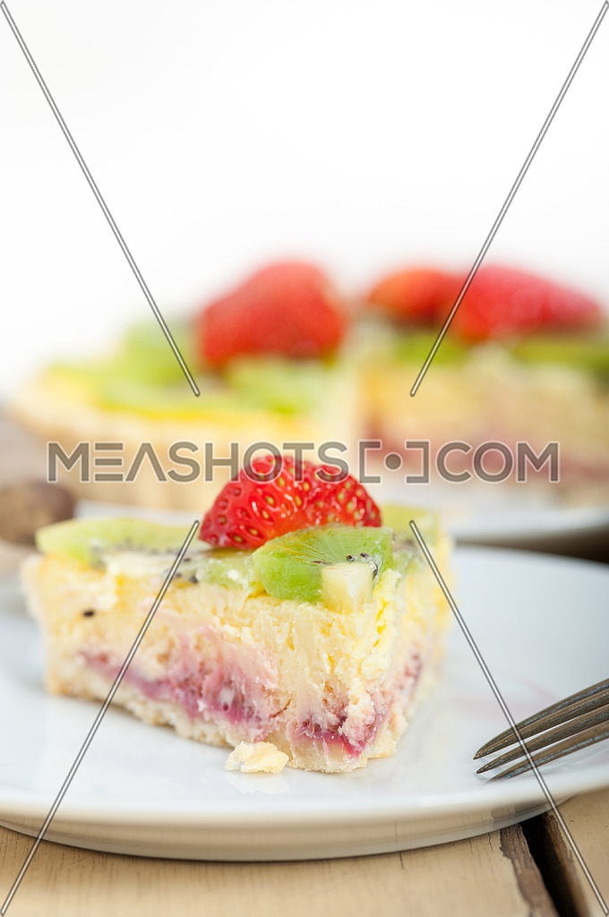 kiwi and strawberry pie tart with lemon custard cream and spices