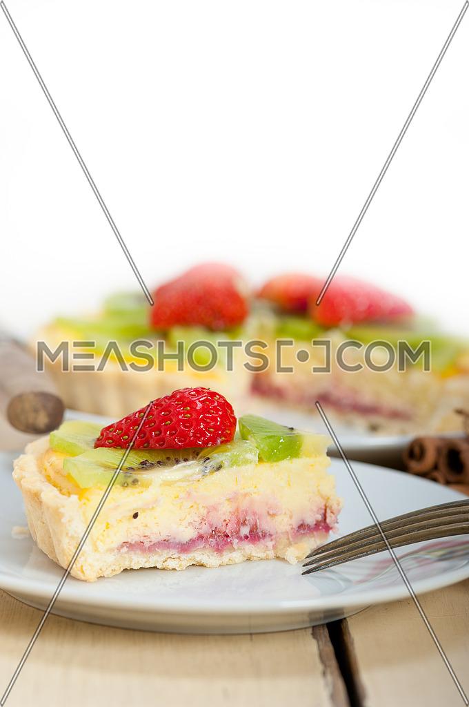 kiwi and strawberry pie tart with lemon custard cream and spices