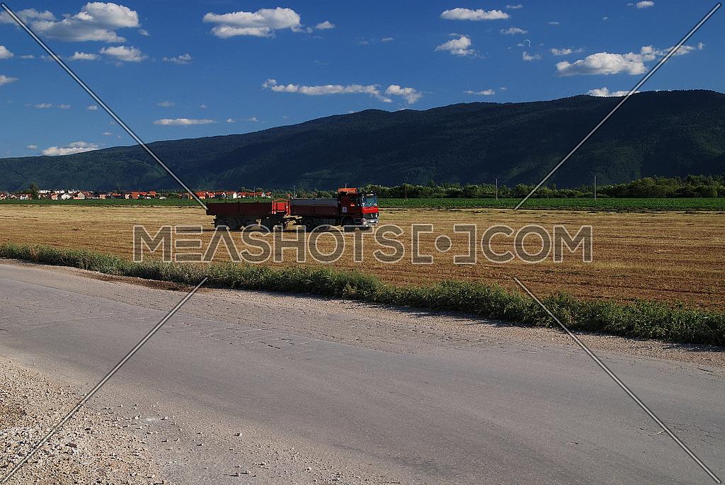 truck on farmlad (NIKON D80; 6.7.2007; 1/125 at f/6.3; ISO 100; white balance: Auto; focal length: 34 mm)