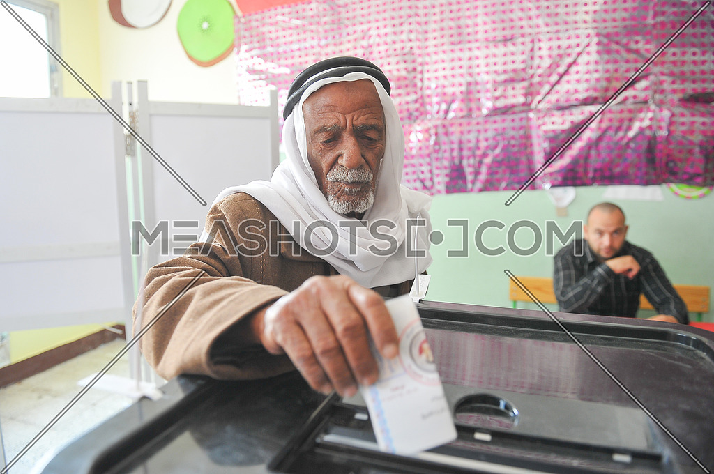 Egyptian voters vote in the 2018 Egyptian presidential elections in the peace city of Sharm El-Sheikh in South Sinai on the first day of the elections 26 March 2018, which lasts for 3 days