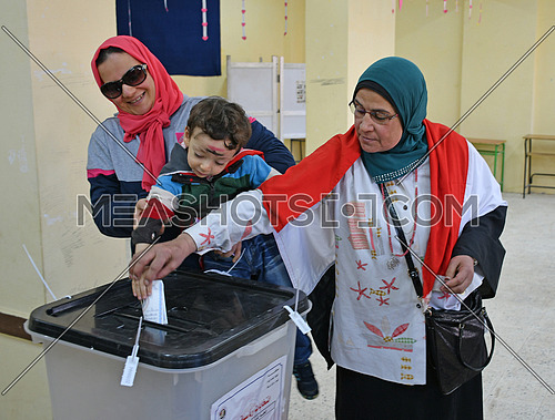 Egyptian voters vote in Egyptian presidential elections in 6th of October City  26 March 2018