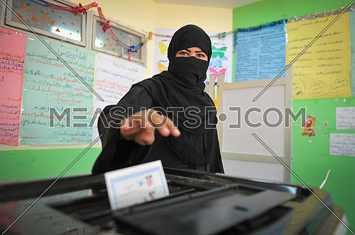 A girl from the Sinai Bedouin vote in one of the committees on the last day of the Egyptian presidential elections in the city of Dahab in the province of South Sinai