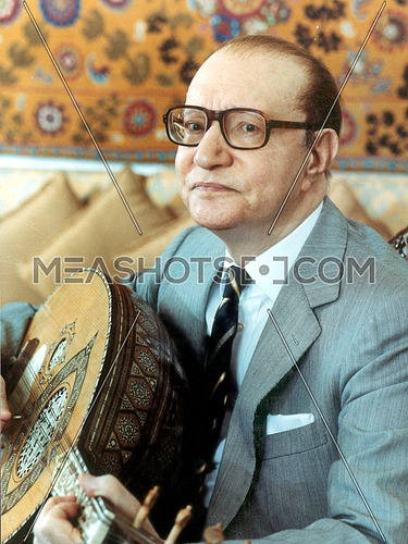 Legendary Music composer Mohamed Abdel El Wahab holding his oud during men gheir leih album photoshoot in 1989