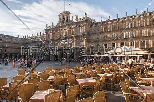 Salamanca, España: August 18, 2019: Cafe tables at Plaza Mayor - main city square in Salamanca, Castilla y Leon, Spain. Many tourists and local people walking and sitting around, taken in Salamanca, August 18, 2019