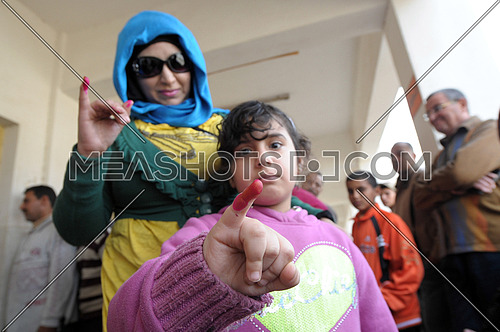 Egyptian women and her doughter vote to amend the Egyptian constitution in Damietta on 15 January 2014