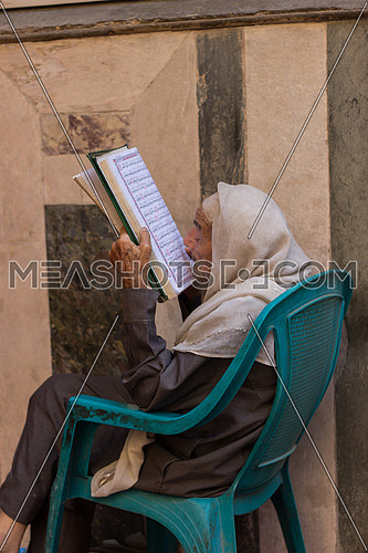 egyptian old man reading quran