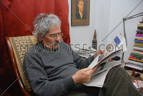 The late Egyptian novelist Ibrahim Aslan on October 22, 2010 read some daily newspapers at his home.