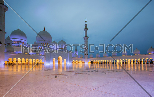 Sheikh Zayed Mosque in Abu Dhabi during sunset