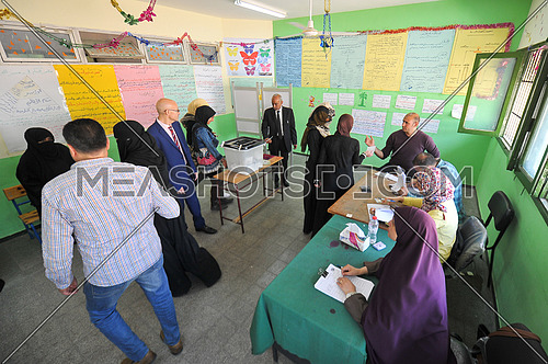 A group of Egyptian men and women vote in one of the committees on the final day of the Egyptian presidential elections in the city of Dahab in South Sinai