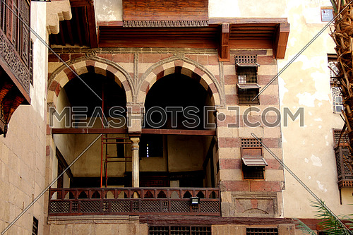 a photo for an ancient Islamic house in old Cairo, Egypt showing the architecture style used at that time