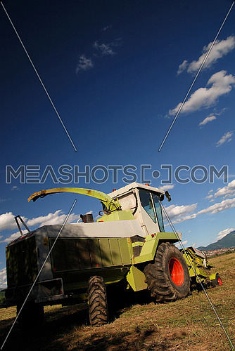 tractor on farm   (NIKON D80; 6.7.2007; 1/100 at f/8; ISO 100; white balance: Auto; focal length: 18 mm)
